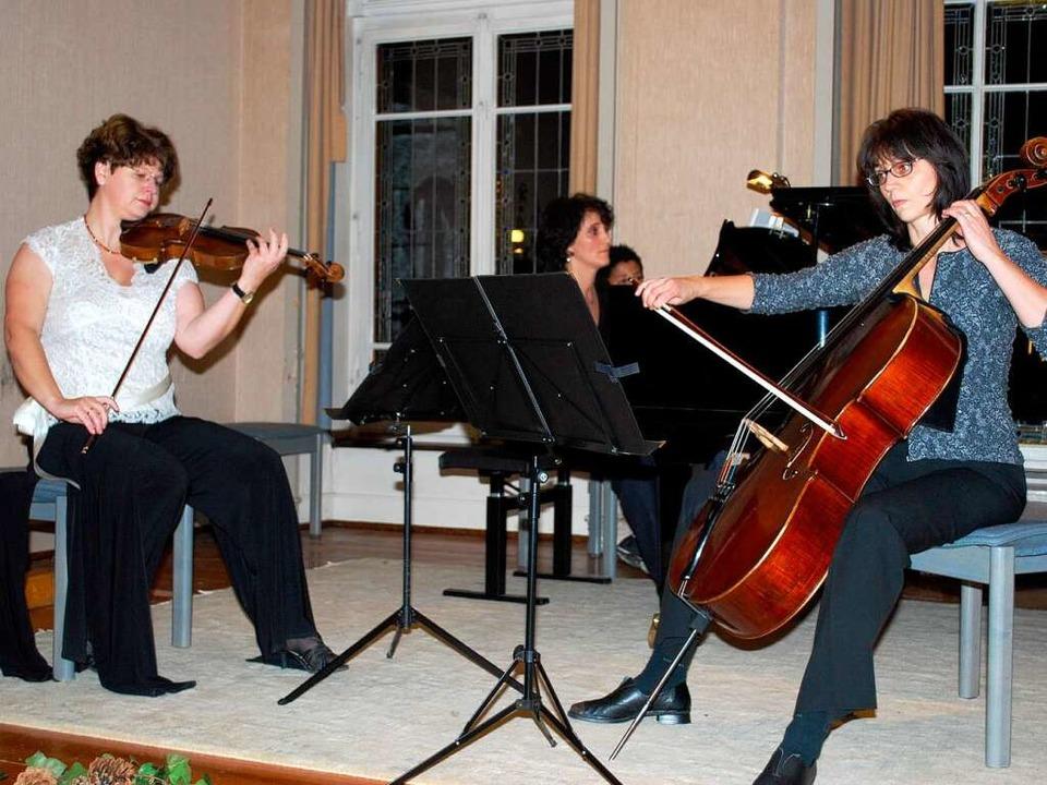 Susanne Albrecht-Krüber. Pia Enderle, (Cello) Odilia Hernandes-Tolon am Klavier  | Foto: Sylvia-Karina Jahn