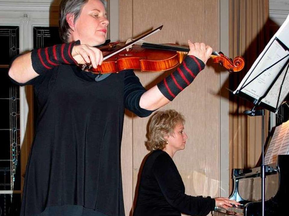 Cornelia Anuschek-Pellegrini und Katrin Teschke spielen alte französische Tänze  | Foto: Sylvia-Karina Jahn