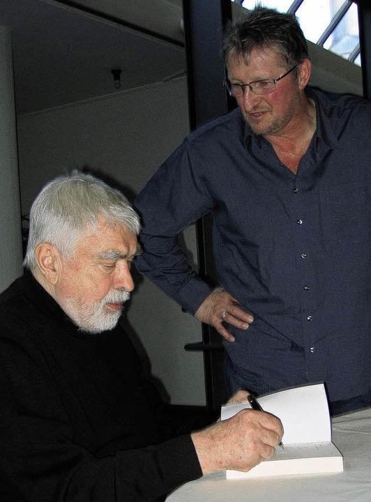 Gerne signierte Heinz Siebeneicher sei...20; mit  einer persönlichen  Widmung.   | Foto: Ingeborg Grziwa