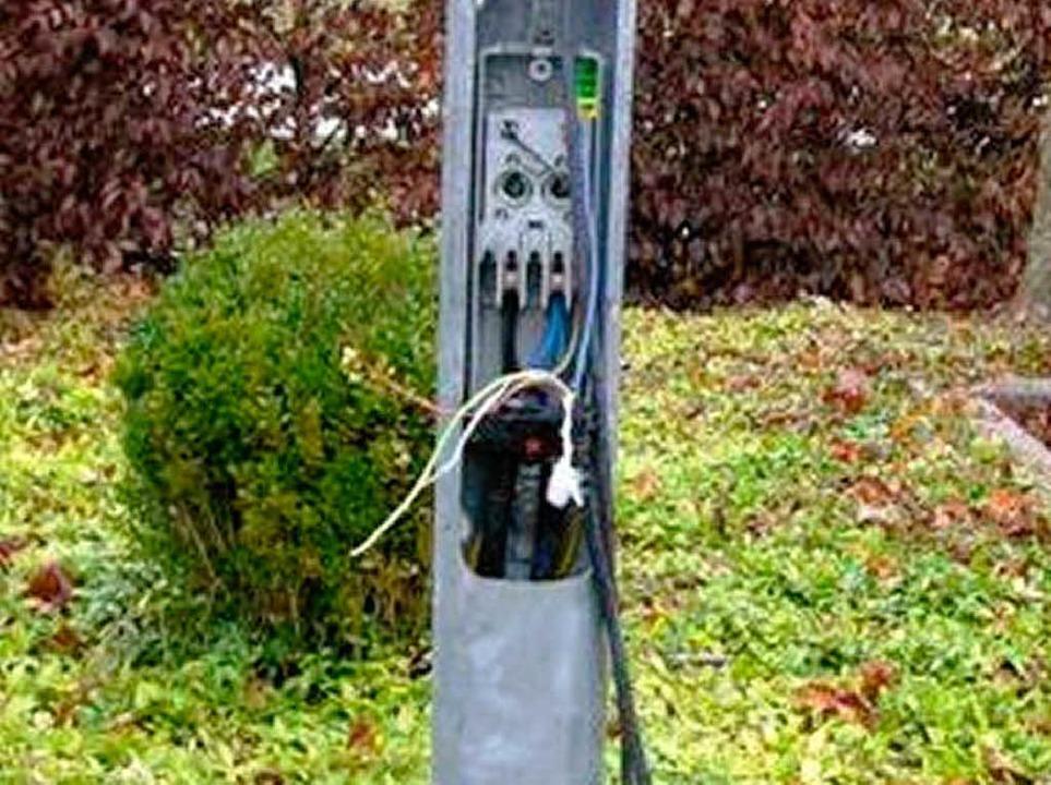 Akute Gefahr: Laternenmast in Hugstett...romführende Teile herausgezogen wurden  | Foto: privat
