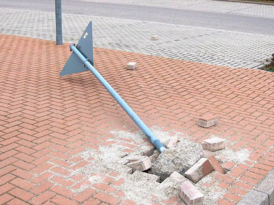 Eines der Verkehrszeichen, die in Hugstetten von Unbekannten beschädigt wurden.  | Foto: privat