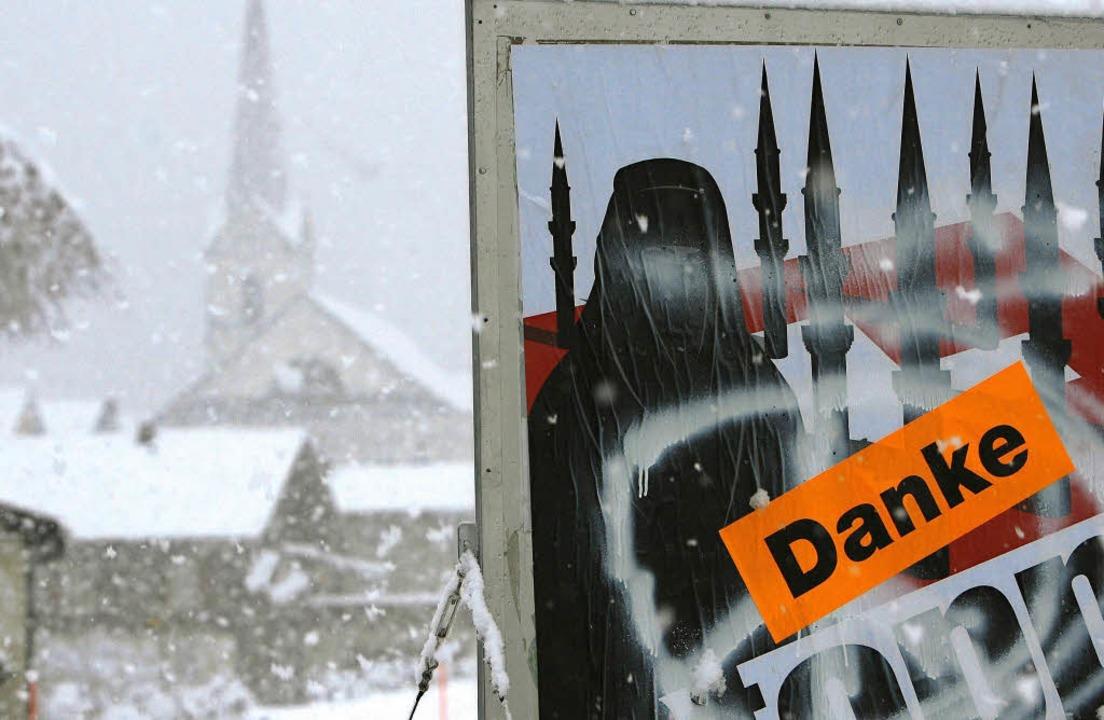Am Tag nach der Abstimmung hängt in Am...für ein Verbot von Minaretten wirbt.      Foto: DPA