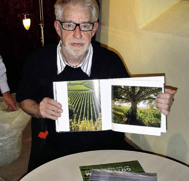 Rolf Frei mit seinem Bildband über Gottenheim   | Foto: mario schöneberg