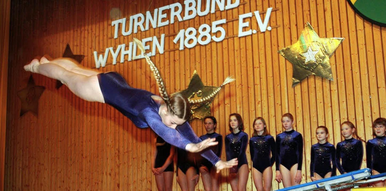 Die Geräteturnerinnen bei ihrer Trampolin-Kür   | Foto: Heinz Vollmar