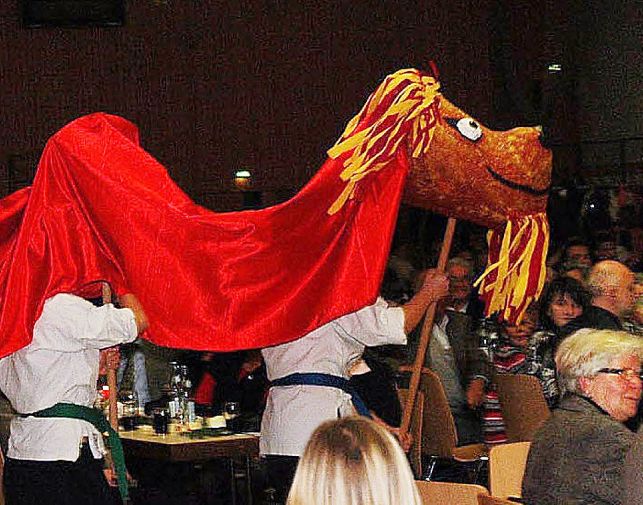 Mit einem Drachen marschierte die Shaolin-Kempo-Abteilung ein.  | Foto: Vollmar