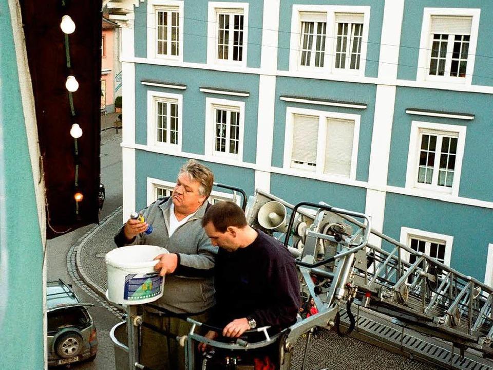 Der richtige Dreh in Richtung Sparsamkeit: Glühlampenwechsel in Elzach.   | Foto: zvg