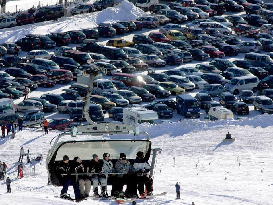 Vor dem Skivergnügen steht am Feldberg...roßes Parkhaus soll Abhilfe schaffen.   | Foto: dpa