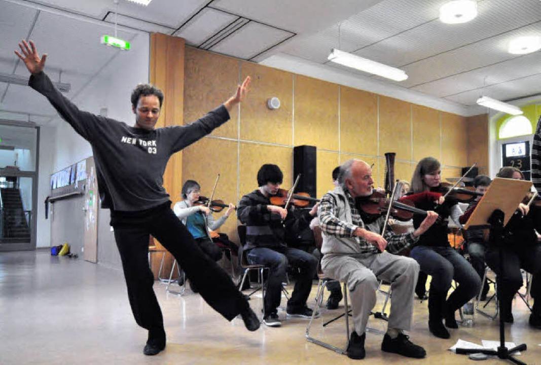 Das Orchester der städtischen Musiksch...zer und Choreograf Norbert Steinwarz.   | Foto: Barbara Ruda