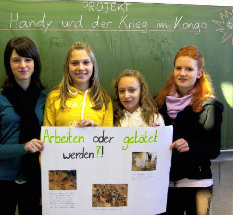 Schülerinnen präsentieren ihr Projekt.     Foto: Dominik Kleine