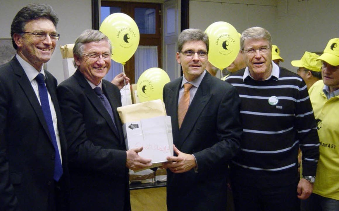 Bei der Übergabe der Einwendungen (von...g Czybulka und Roland Diehl von  Mut.   | Foto: privat