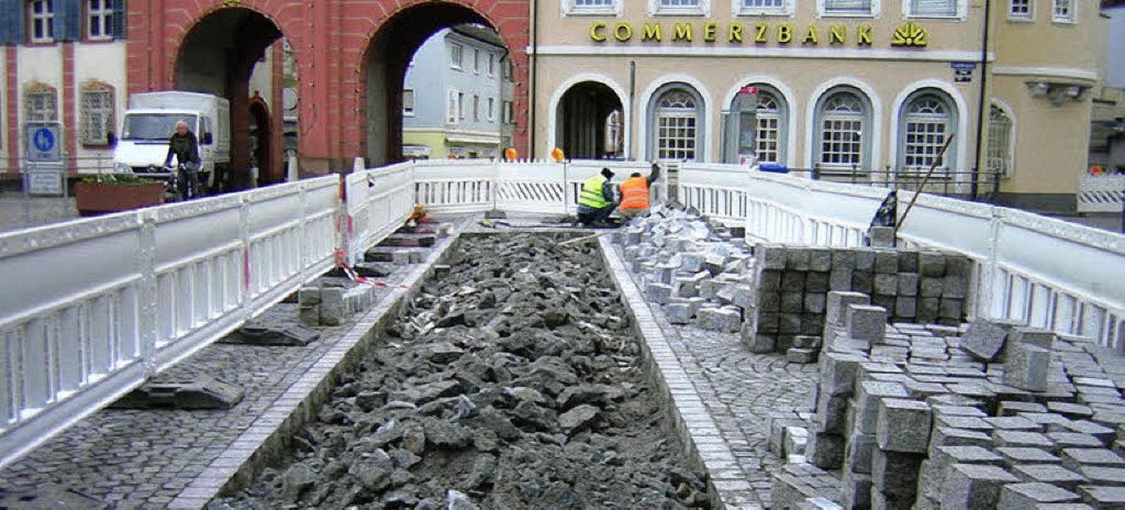 Kaum verlegt, schon defekt: Das neue Pflaster vor dem Tor wird repariert.    Foto: Gerhard Walser
