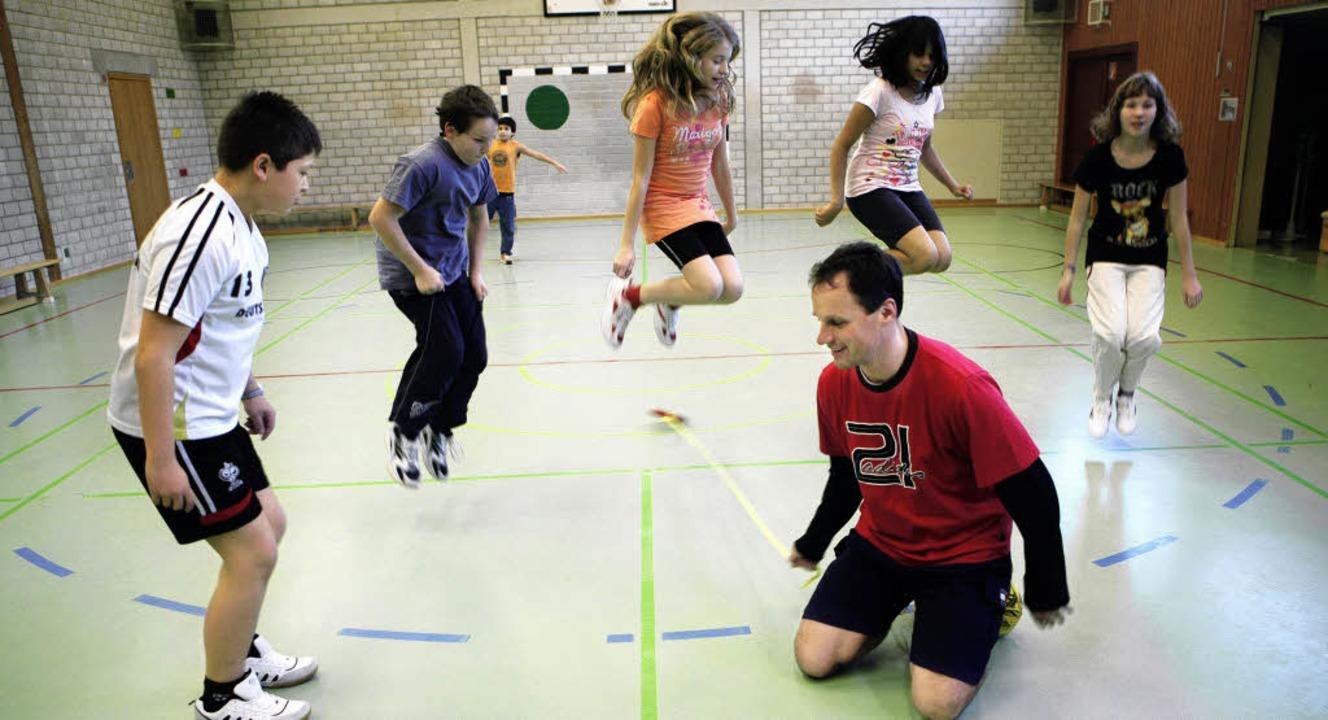 Bewegungsspiele gehören ganz selbstverständlich zum pädagogischen Programm.  | Foto: christoph breithaupt