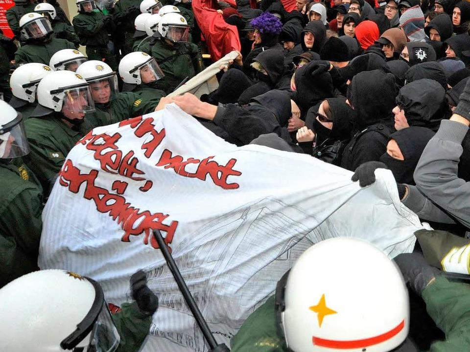 Rangeleien zwischen Polizei und Autono...er. Drohen ähnliche Szenen am Samstag?  | Foto: Michael Bamberger