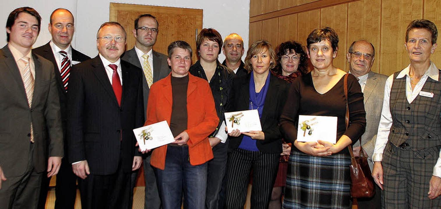 Vertreter der Sparkasse –  an de...gement mit je einem 1000-Euro-Scheck.     Foto: Heidi Fössel