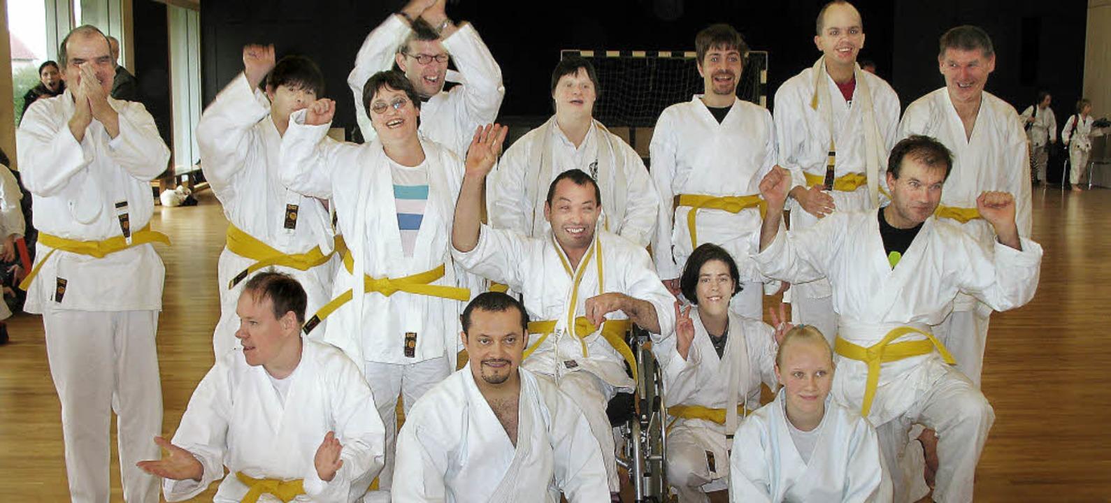 Die strahlenden Karate-Prüflinge: (Hin...s Leucht, Cesar Ortiz, Rebecca Trüby.   | Foto: privat