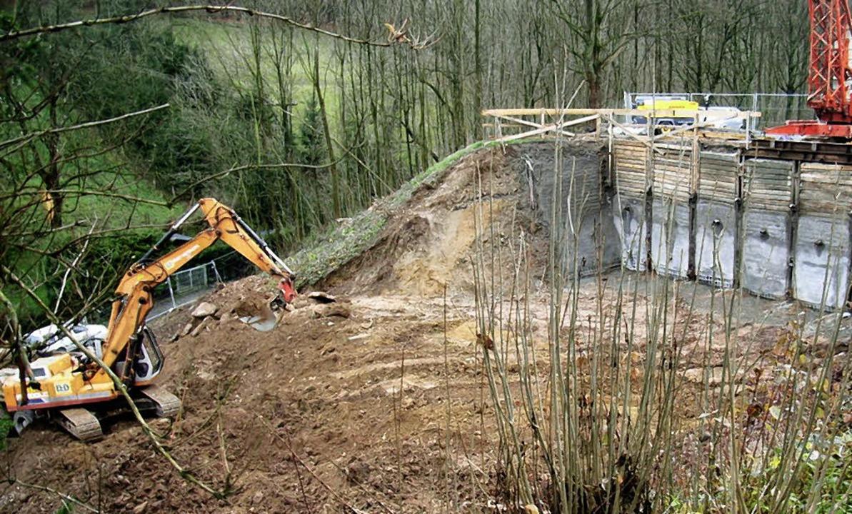 Eine Beton-Spundwand dient zur Absiche...rd, entsteht das Regenüberlaufbecken.   | Foto: Högg