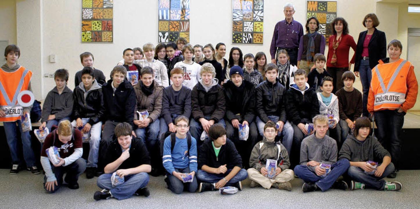 44  Schüler des   Steinener  Schulzent...rn  sicher  über die Straße  kamen.     | Foto: Heiner Fabry