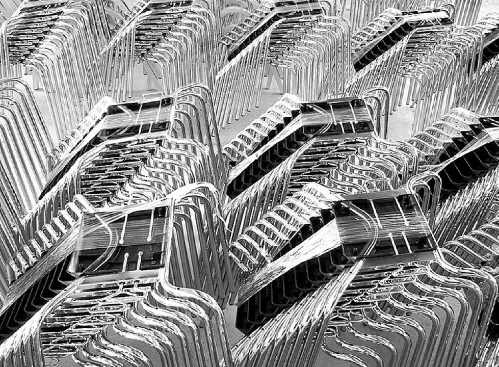 Wie aus stapelweise Stühle serielle Ab..., zeigt die Fotografin Sigrid Schäfer.  | Foto: Sigrid Schäfer