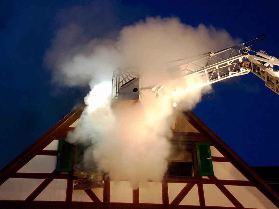 Das Feuer in der Dachwohnung flackerte immer wieder neu auf.    Foto: Ralf Burgmaier