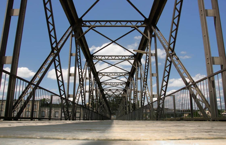 Stahlweg über die Staatsgrenze: Dienstbrücke zum Kraftwerk   | Foto: Ralf Staub (3)