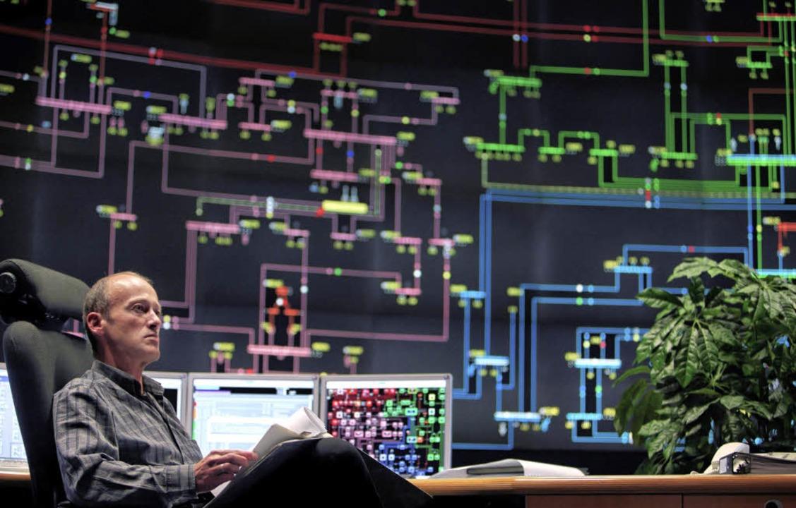 Der Stromstau-Warner:  Operator Wilfri... der ENBW-Schaltzentrale in Esslingen   | Foto: vario images