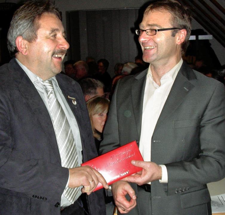 Michael Schmidle (rechts) übernimmt da...aft Gottenheim  von Werner Baldinger.   | Foto: M. schöneberg