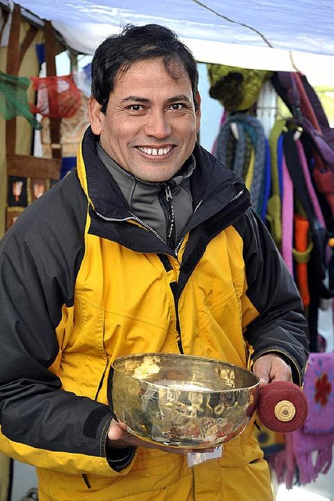 Hari Bhandary aus Nepal verkauft auf d...hnachtsmarkt Handgemachtes aus Nepal.   | Foto: Kunz