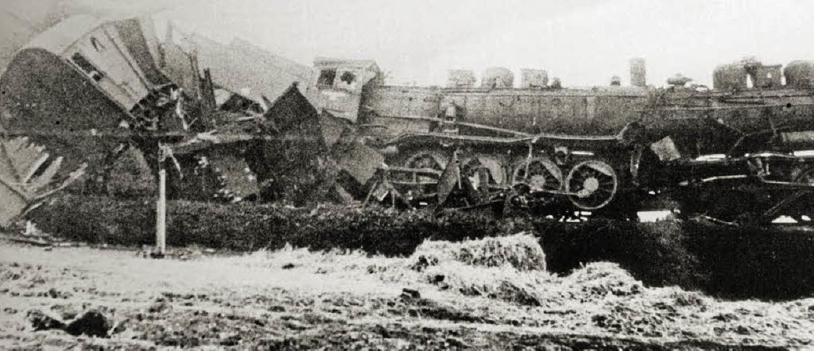Ein Bild des Grauens bot sich den Rett... beiden Züge ineinander gerast waren.   | Foto: Stadtarchiv