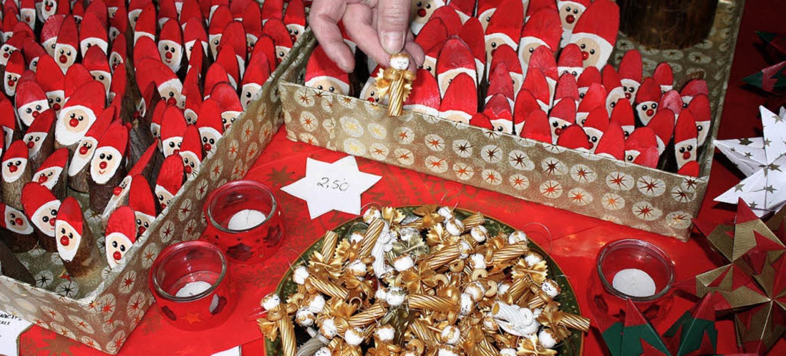 Marktimpressionen: Nikolause aus Holzstämmchen, Engel aus vergoldeten Nudeln       Foto: barbara schmidt