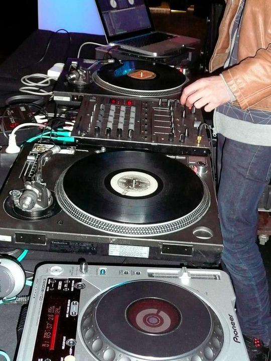 Der DJ Al Kaporn brachte sein Equipmen...f der After Show Party zu unterhalten.  | Foto: Lorenz Bockisch