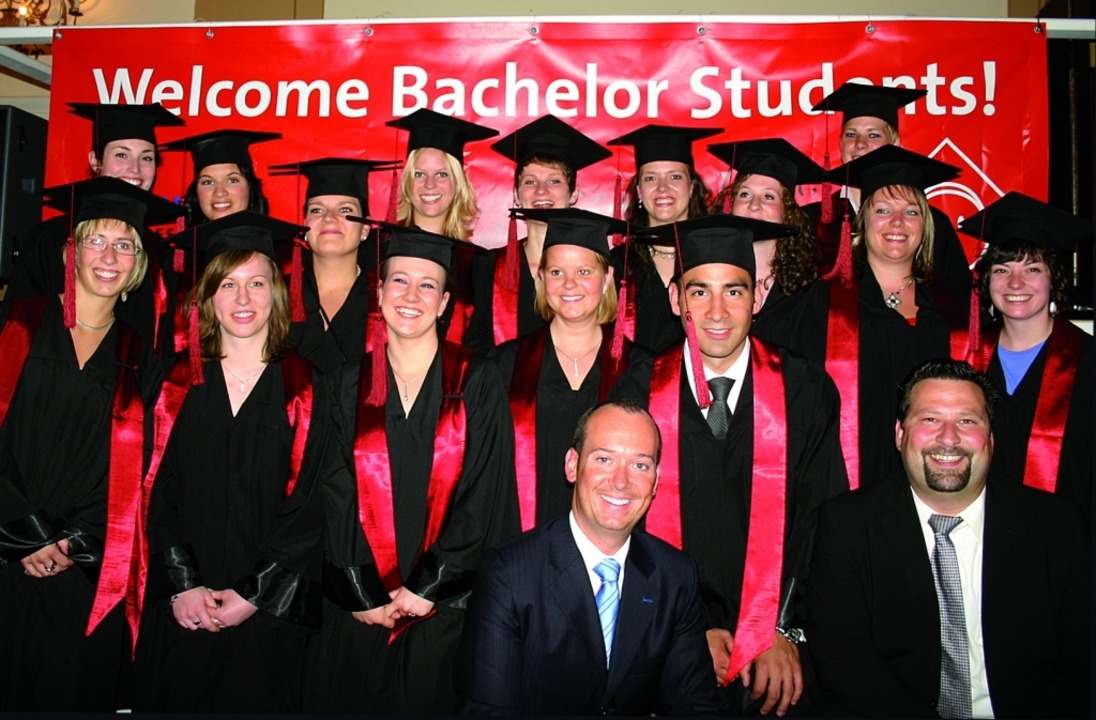 So sehen Sieger aus:  Die Bachelor-Absolventen von 2009.    Foto: Angell