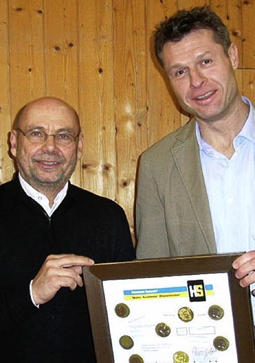 Michael Beckert (Firma Heinrich Schmid...ymbolisch die Spende mit Schokotalern.  | Foto: Jo Högg
