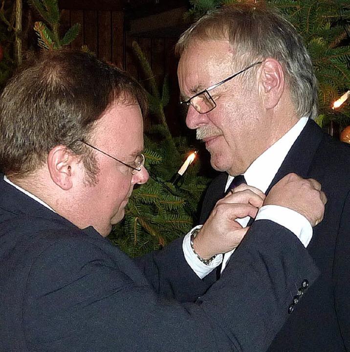 Werner Fros erhielt die Ehrennadel des...der Hand von Bürgermeister Hagenacker.    Foto: Karlernst Lauffer