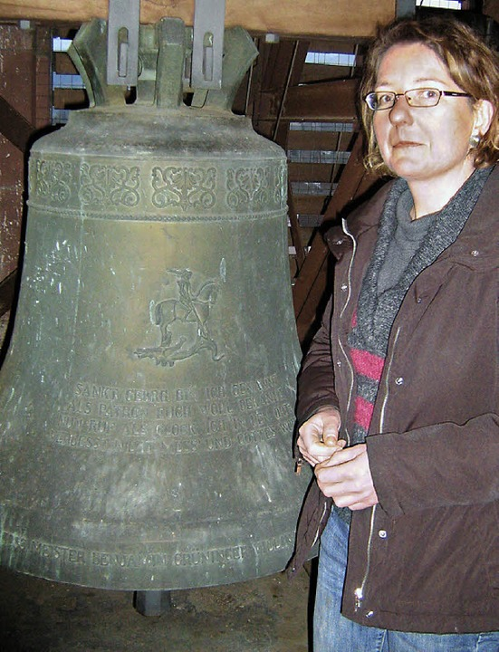 Mesnerin Carola Lickert mit der St.- Georgs-Glocke   | Foto: Anne Freyer