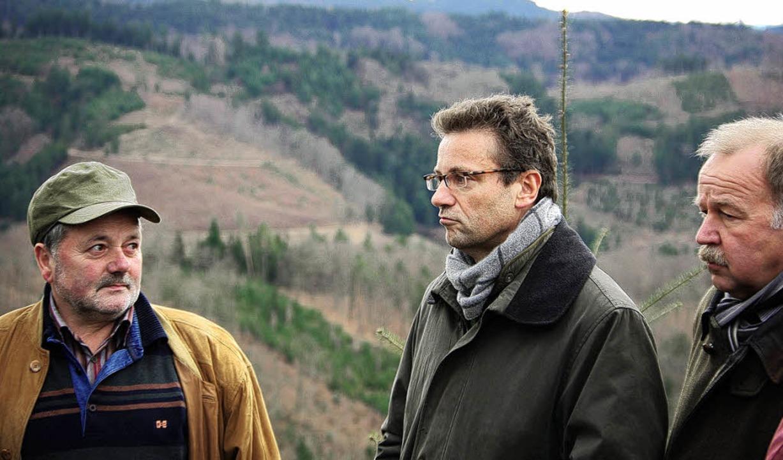 Privatwaldbesitzer Anton Schüle (von l...auk und Albin Dreher vom Landratsamt.   | Foto: röderer
