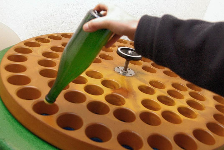 Solebad für Sekt: Hier wird der Hefeansatz im Flaschenkopf eingefroren.   | Foto: Nagel