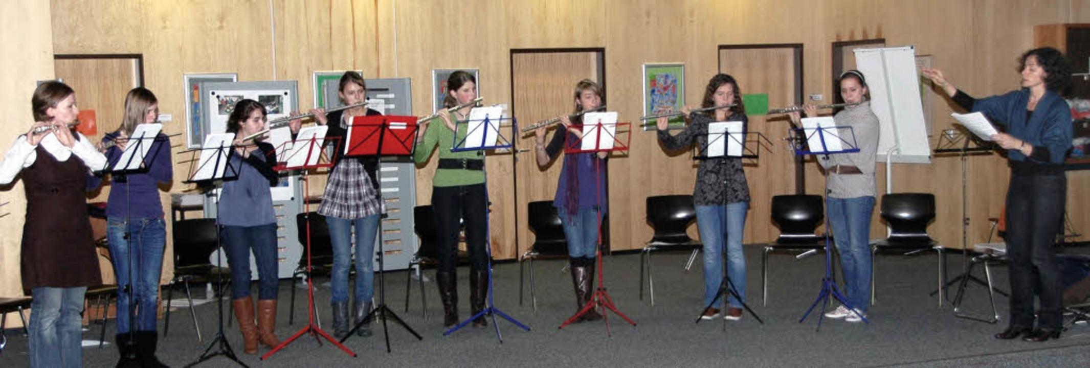 Friederike Saam (rechts)  ließ  ihre  ...ülerinnen   Werke von Mozart spielen.   | Foto: Skorupa-Kiefer