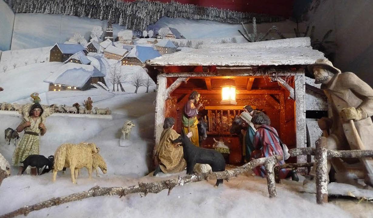 In der Nikolaus-Kirche in Waldau steht die Krippe vor dem verschneiten Dorf.    | Foto: Thomas Winckelmann