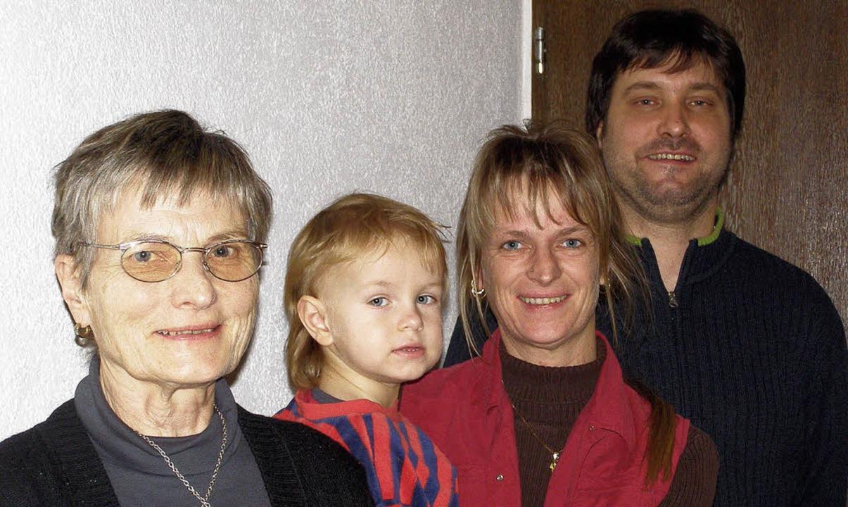 Karl-Heinz, Alexandra, Julian und Mari... die gelungene Renovierung des Hauses.  | Foto: Liane Schilling