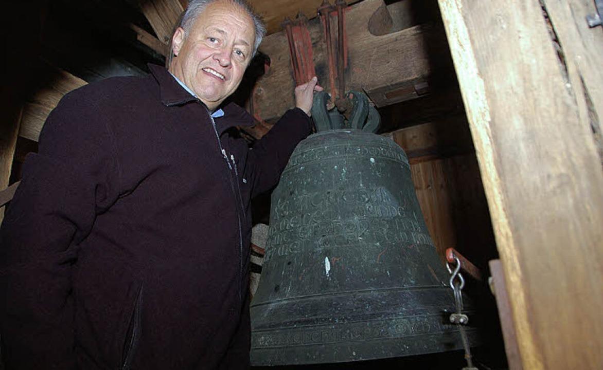 Mesner Bernhard Zimmermann in der Glockenstube.   | Foto: Tanja Bury