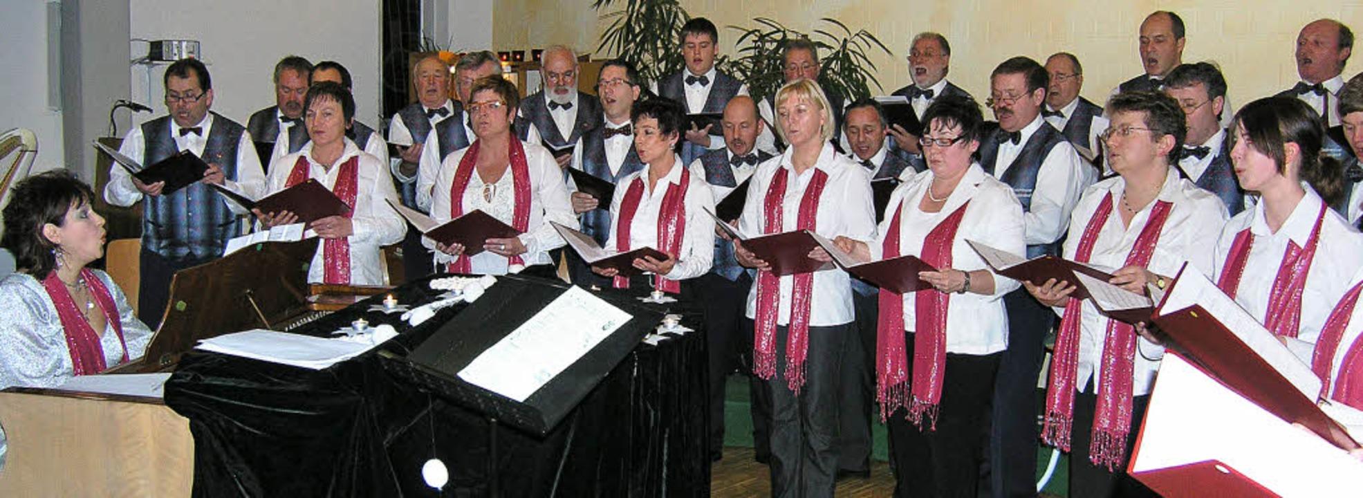 Kirchenkonzert in Wagenstadt: Chorleit...ia Grigorenko dirigiert vom Piano aus.    Foto: Michael Haberer