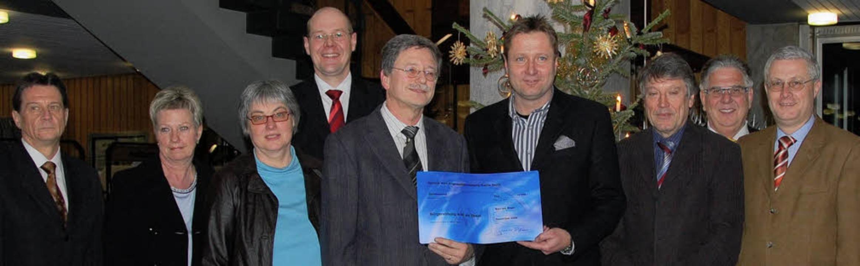Spendenübergabe im Rathaus: Ottmar Sch...g Dietz (Bürgerstiftung, von links).    | Foto: Frey