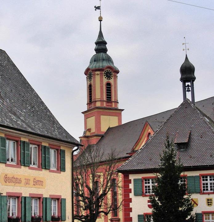 Im  Kirchturm der Merdinger Barockkirc...leinem  Glöckchen ziert  das Rathaus.   | Foto: mario schöneberg