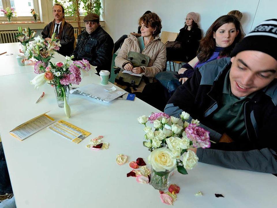 Warten wird durch Blumen erst schön: D... der Schmückaktion bisher Unbekannter.  | Foto: Rita Eggstein