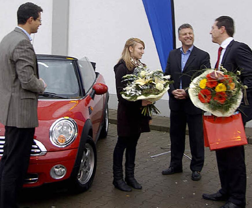 Freuen sich über die Übergabe des Mini...ch (weitere Lidl-Vertreter, von links)  | Foto: Bruno Wogh
