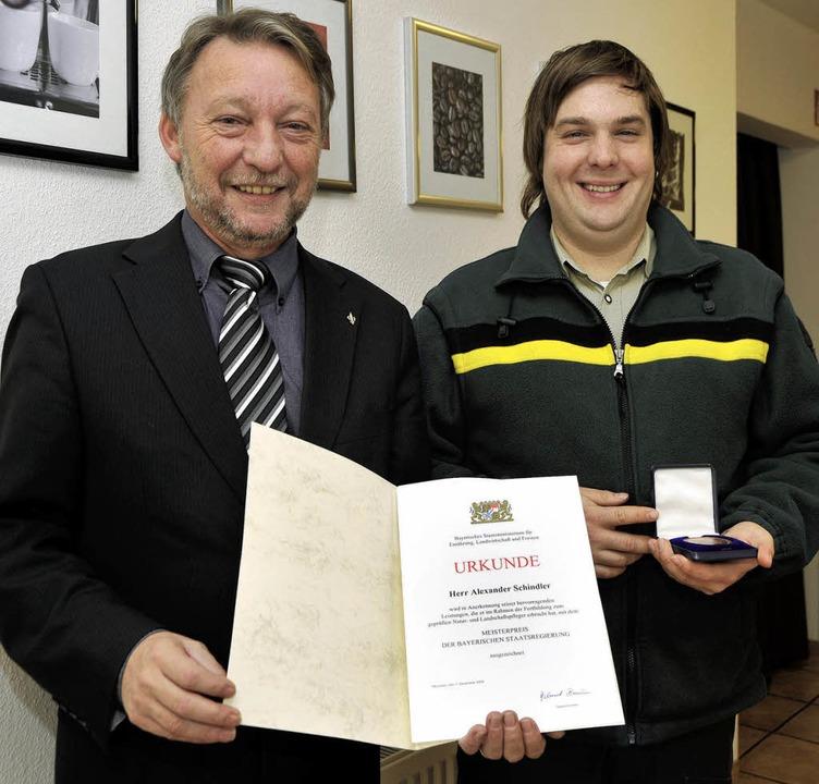 Stolz auf den Ehrentitel Meister-Range...ich auch Bürgermeister Günter Gorecky.    Foto: REIN