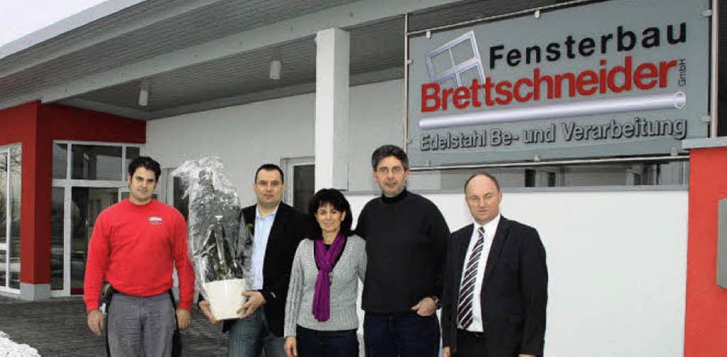Bürgermeister Dieter Benz (rechts) und...er (von links) zu ihrer neuen Halle.    | Foto: Ulrike Hiller