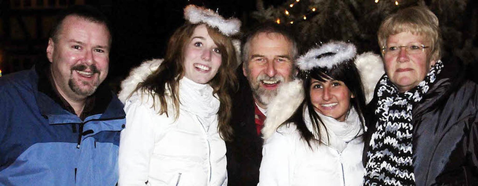 Frohe Weihnachten und ein glückliches ...a Sofia (rechts) und Janina Pieldner.   | Foto: WOLFGANG KÜNSTLE