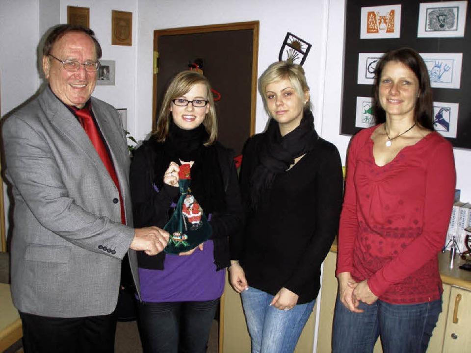 Spendenübergabe:                Pfarre...ßer und  Nadine Schwander (von links)     Foto: privat