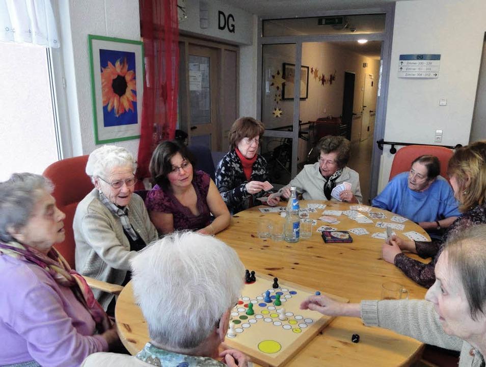 Die Spielrunde im Alten- und Pflegehei...erden für den Besuchsdienst gesucht.      Foto: Silke Hartenstein